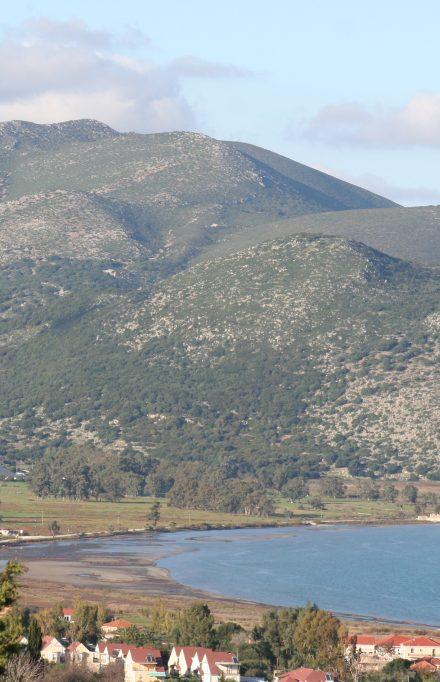 Όψη του λόφου Καστέλλι απέναντι από το έλος του Λιβαδιού
