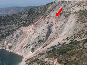 Κατολίσθηση βράχων στον κόλπο του Μύρτου