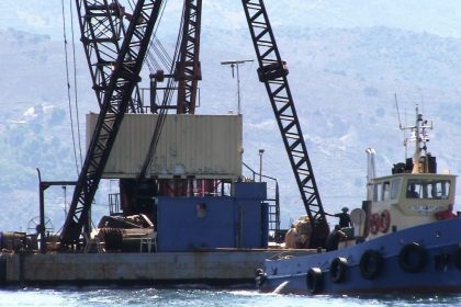 The drilling platform arrives in Lixouri.