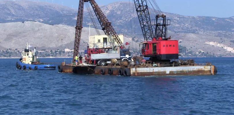 Η πλατφόρμα γεώτρησης αναχωρεί από το λιμάνι του Ληξουρίου για την τοποθεσία της πρώτης διάνοιξης.