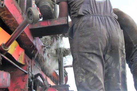 Η ομάδα γεωτρήσεων ξεβιδώνει ένα τμήμα του γεωτρύπανου και ετοιμάζεται να τραβήξει το επόμενο.