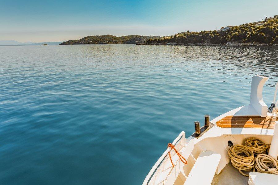 Greece boat 96350 unsplash 900x600 1